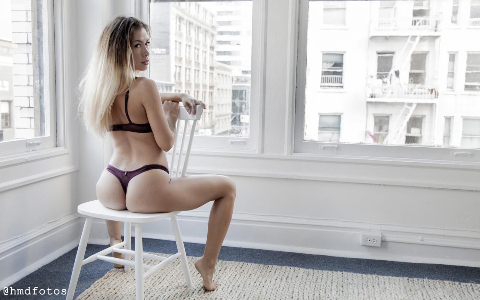 грудастая блондинка сидит на стуле голая - 11
