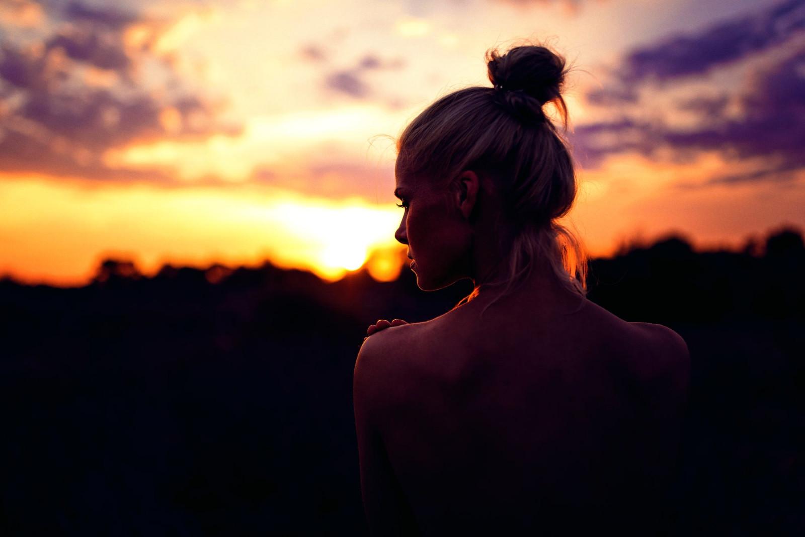 Фото полной девушки со спины в темноте на аву в контакт