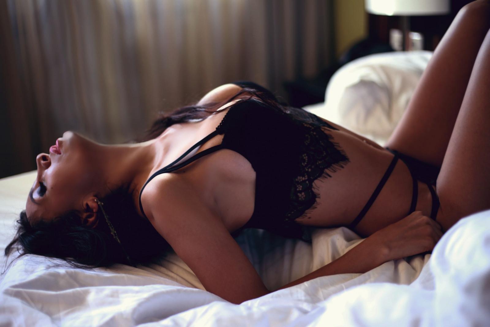 Фотки интимные на кровати