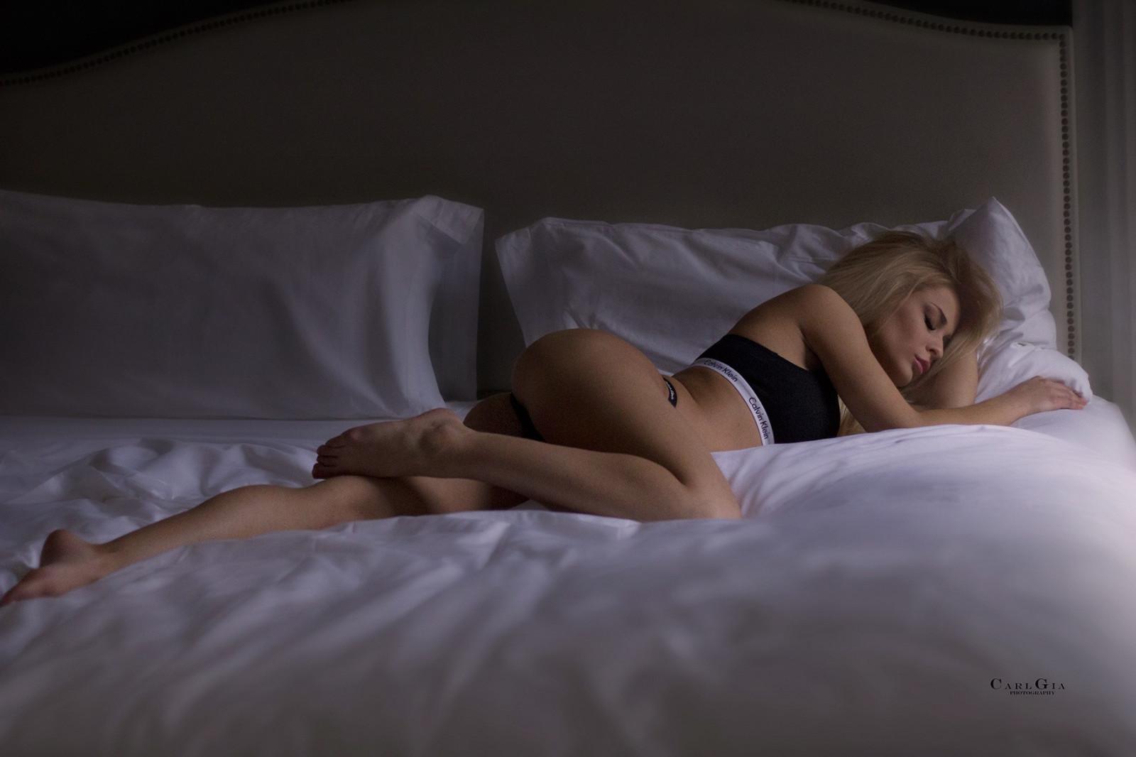 спешащий голую загорающую стройную молодую спящую девушку быстро