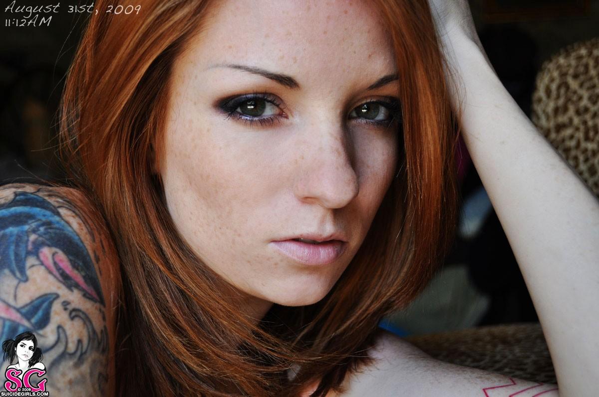 Рыжая девушка с чёрными бровями