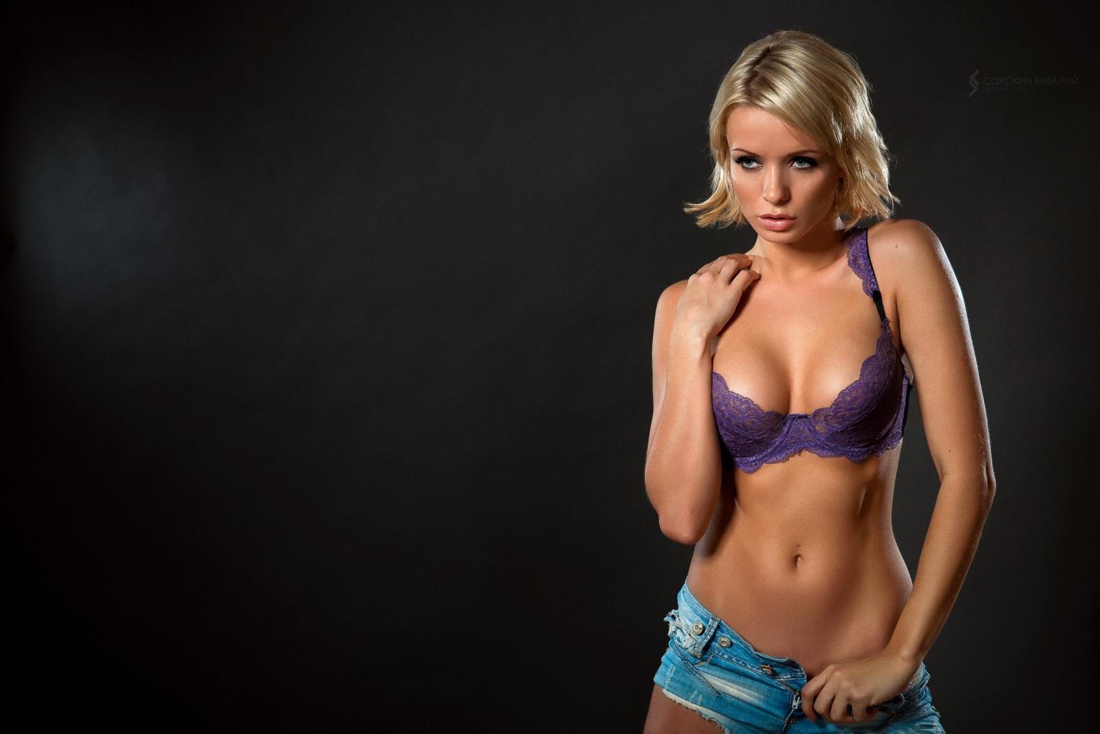 В синем лифчике блондинка
