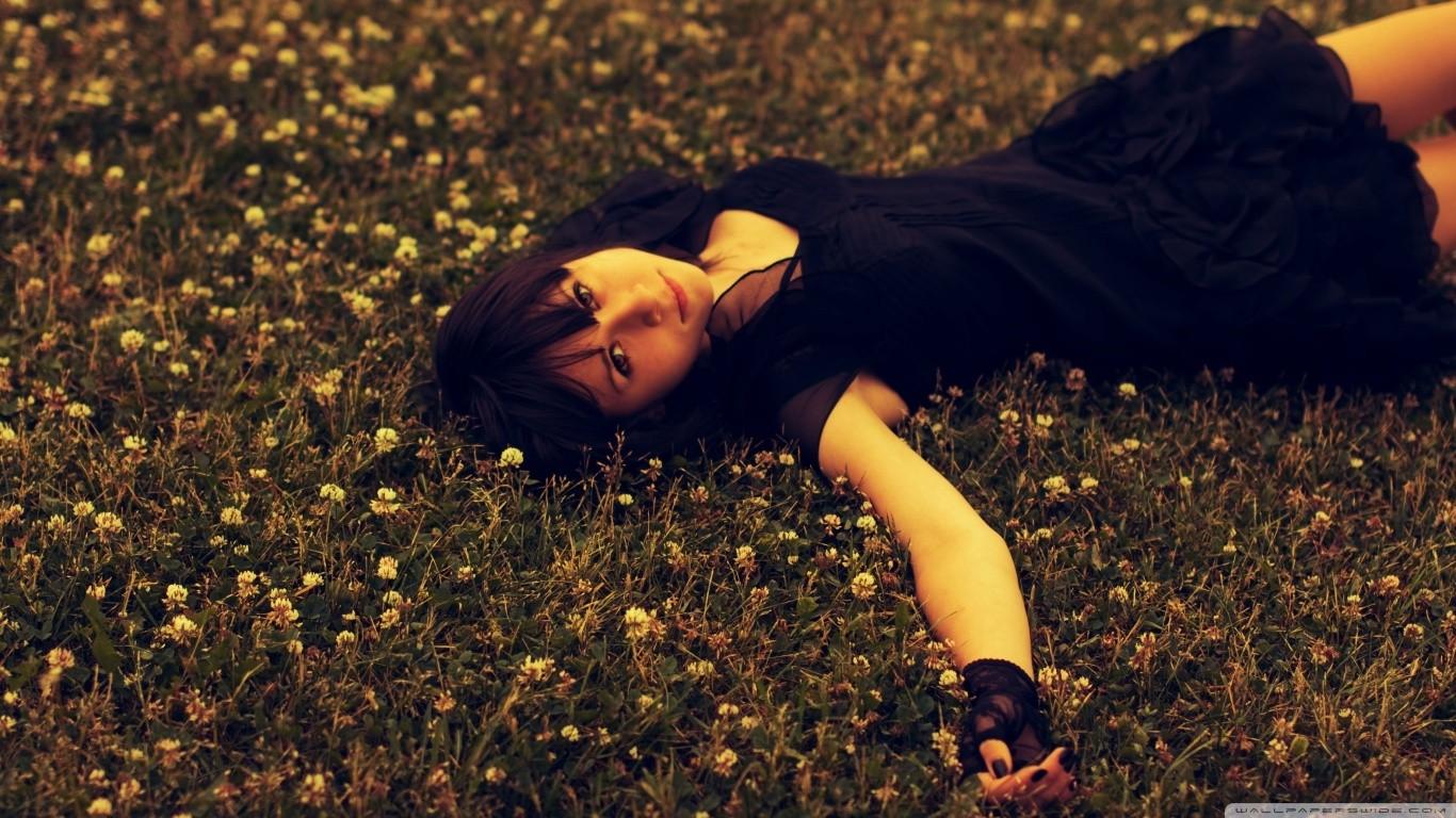 Фото девушка на аву лежит