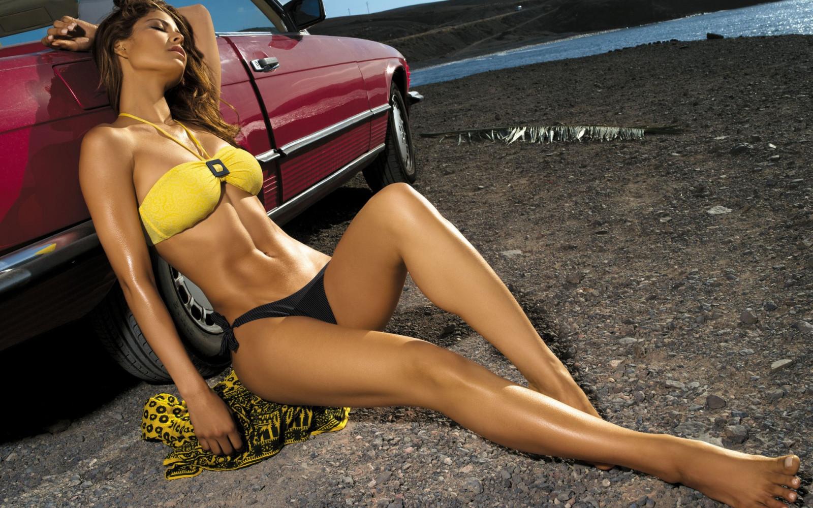фото красивых девушек в купальниках с авто