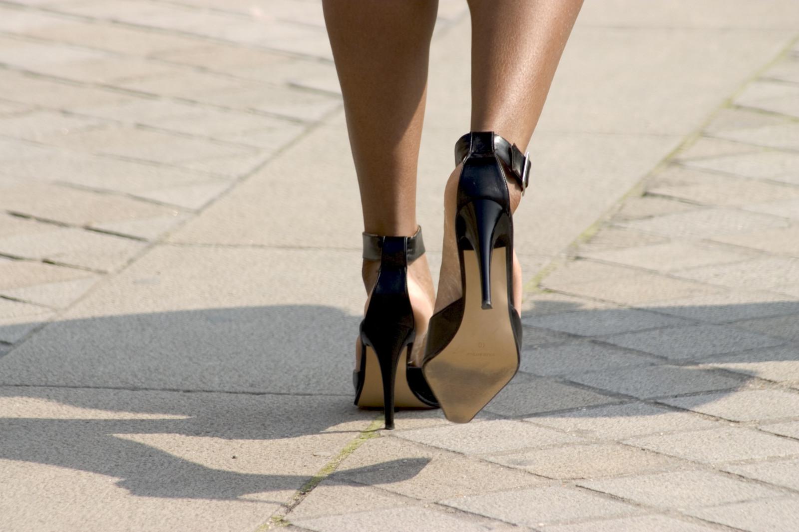 женские ноги на каблуках включила