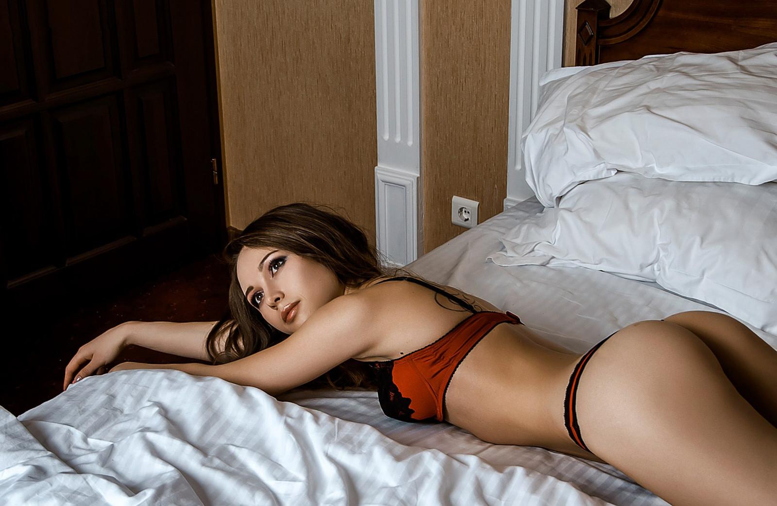На кровать лежит жирные сиськи, голые певцы фотосессия