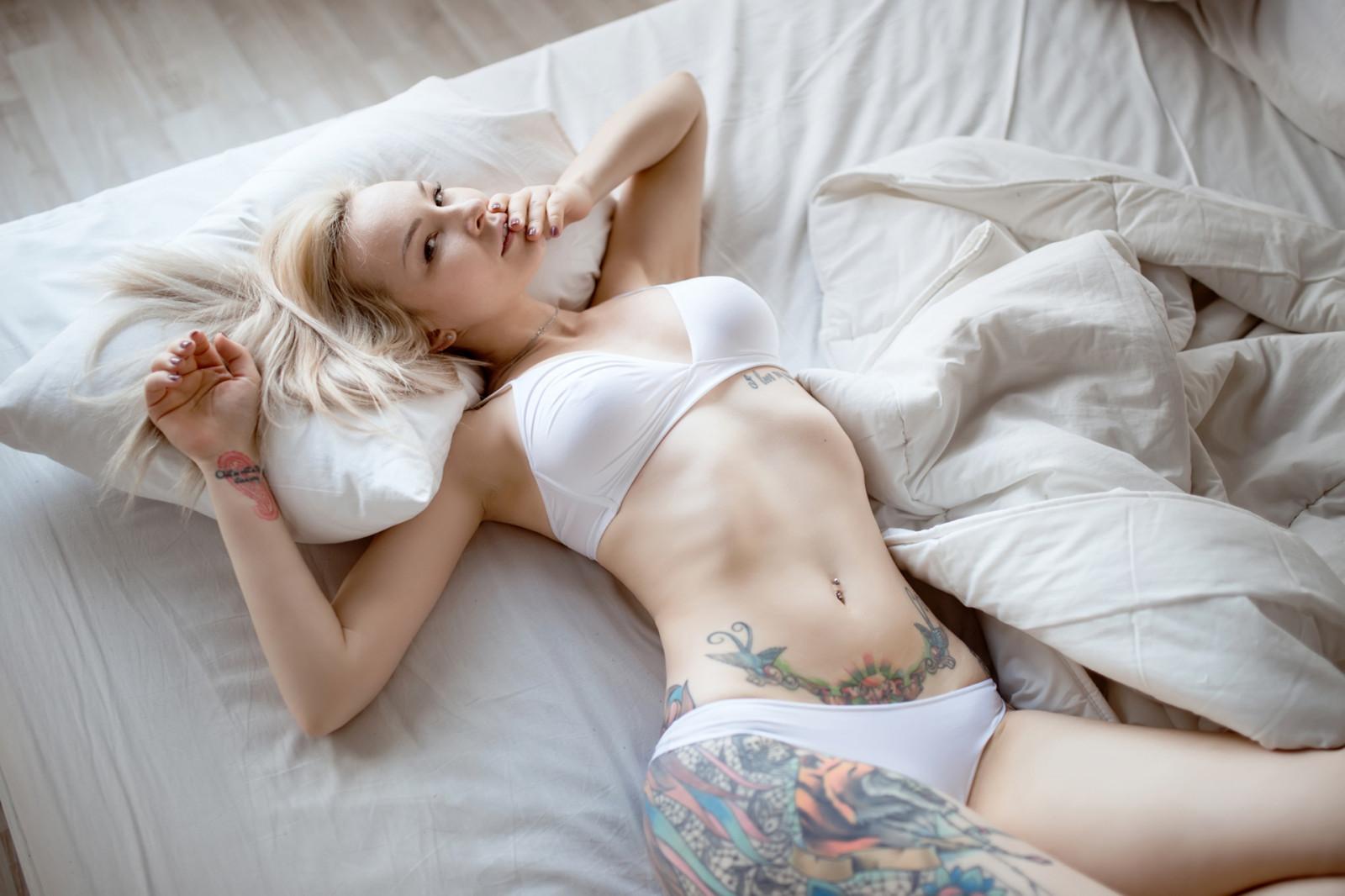 foto-blondinka-lezhit-na-zhivote-begunyu-trahayut-nemnogo