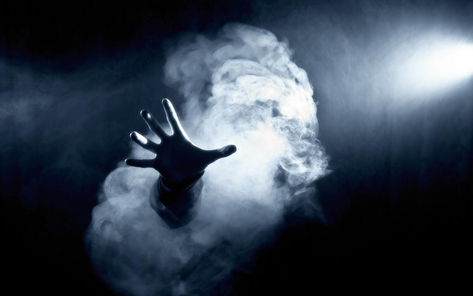 Karanlık, el, duman