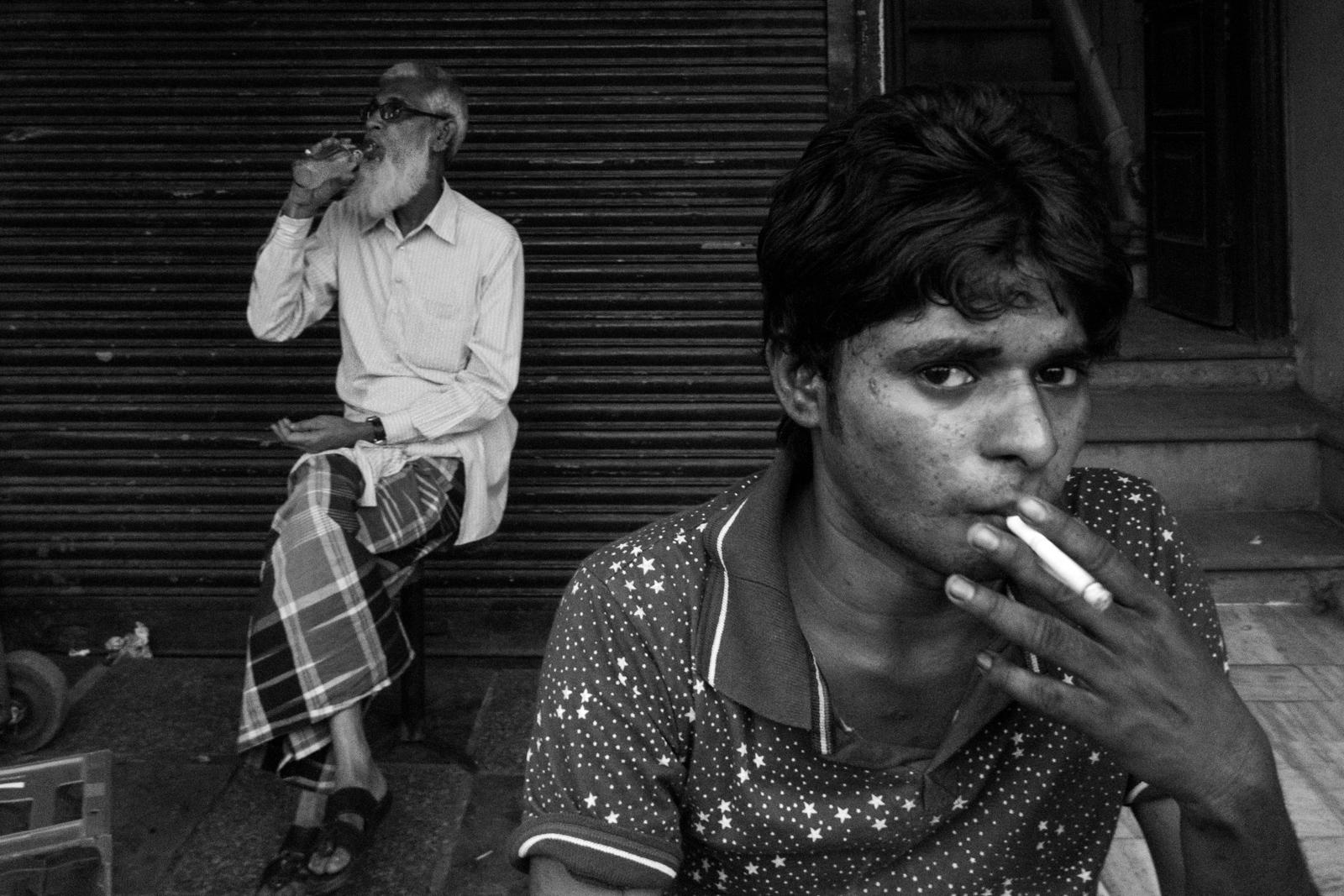 černí muži kouření