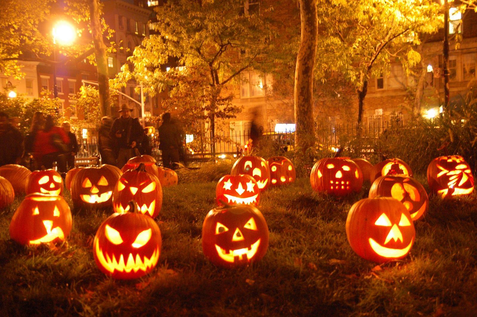 Sfondi città notte halloween zucca vacanza luci di natale