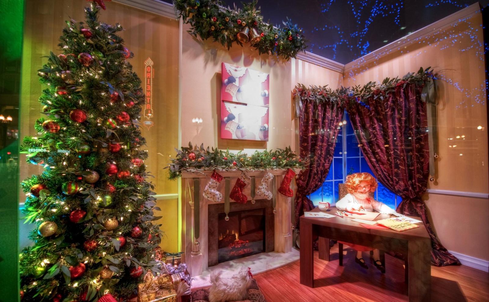 Новогодняя картинка с елкой и камином