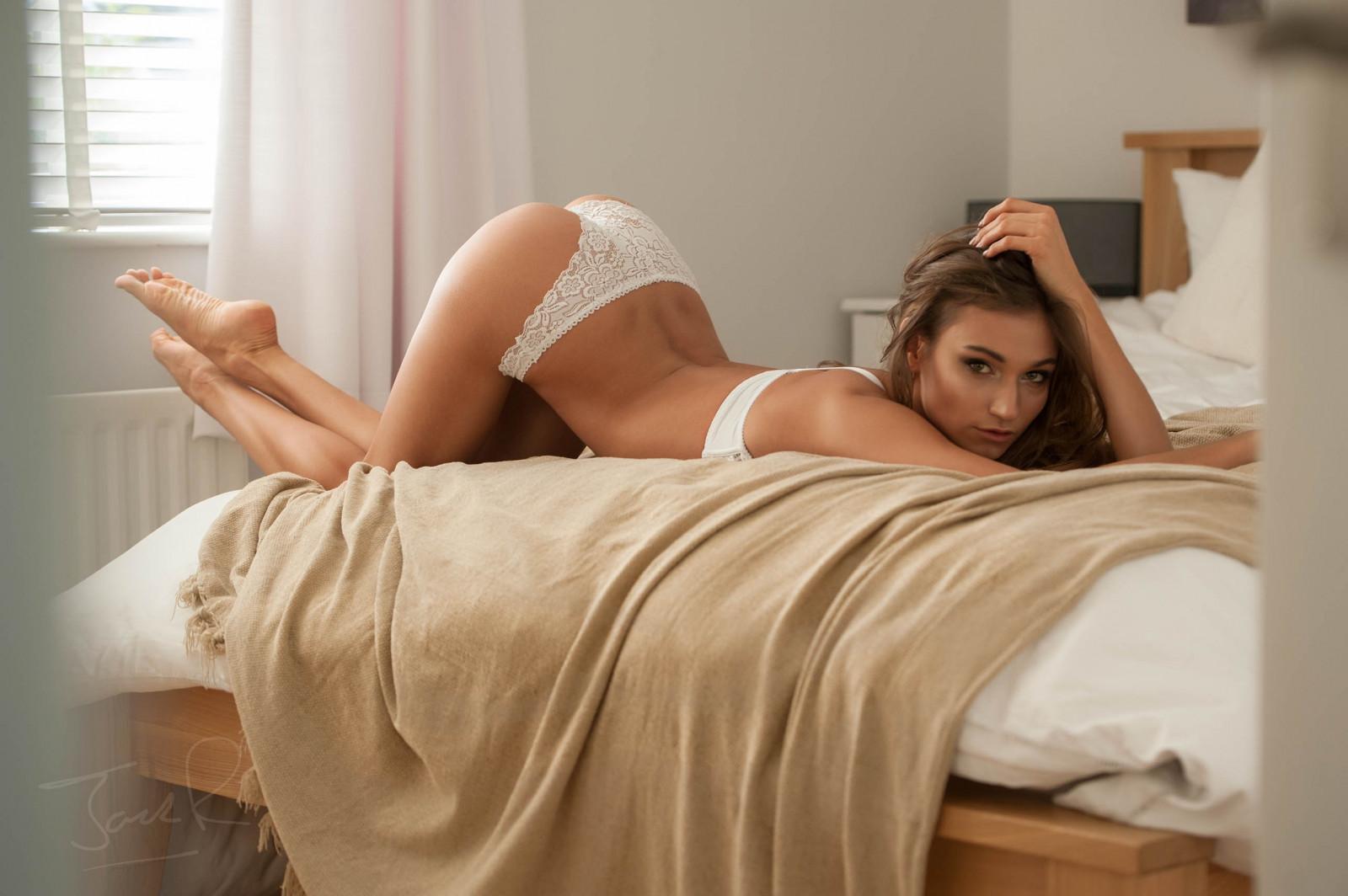 Красотки на кровати видео голые 12