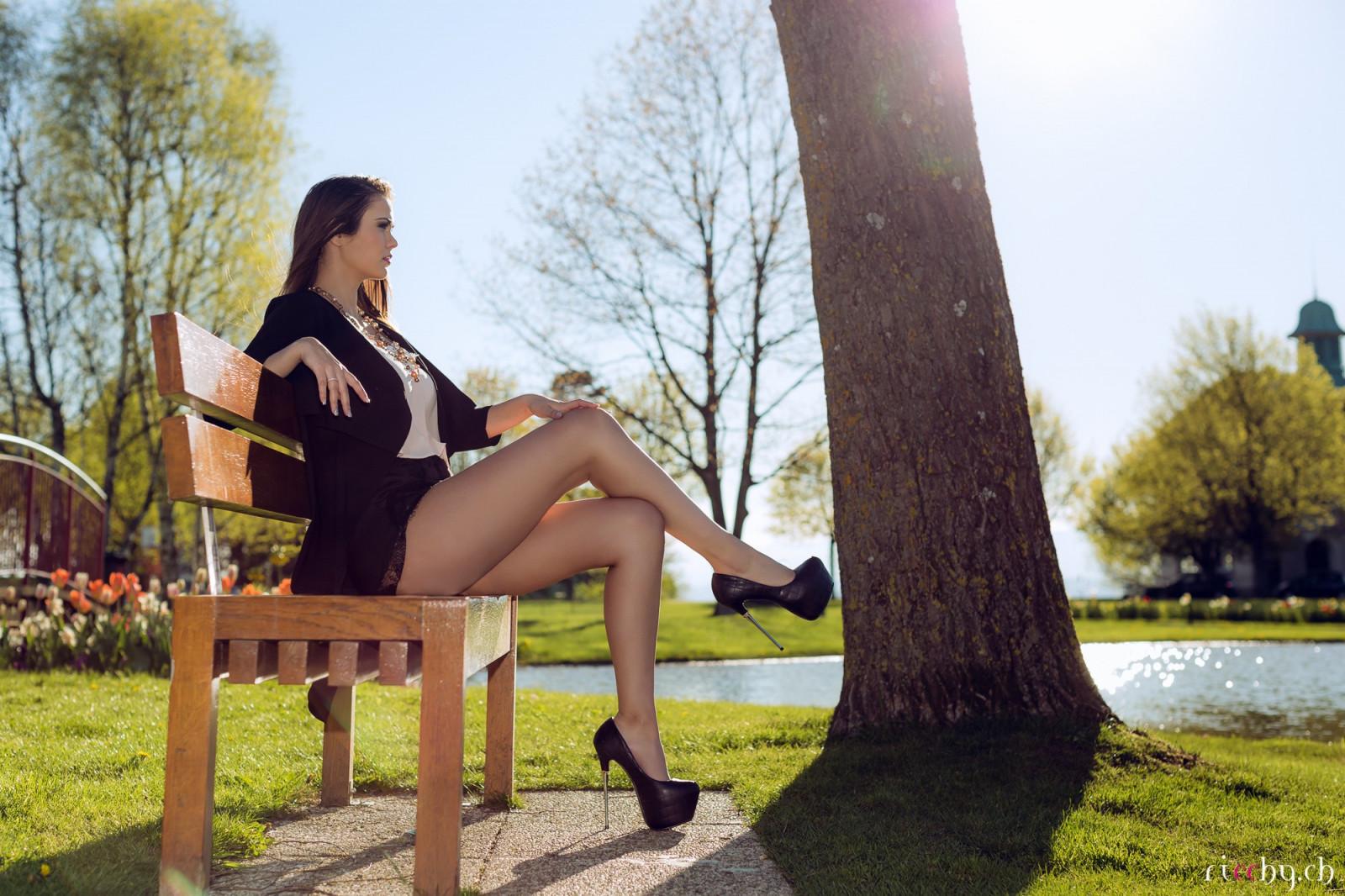 sayti-noga-na-nogu-v-korotkoy-yubke-foto-zhenshin-onlayn-porno