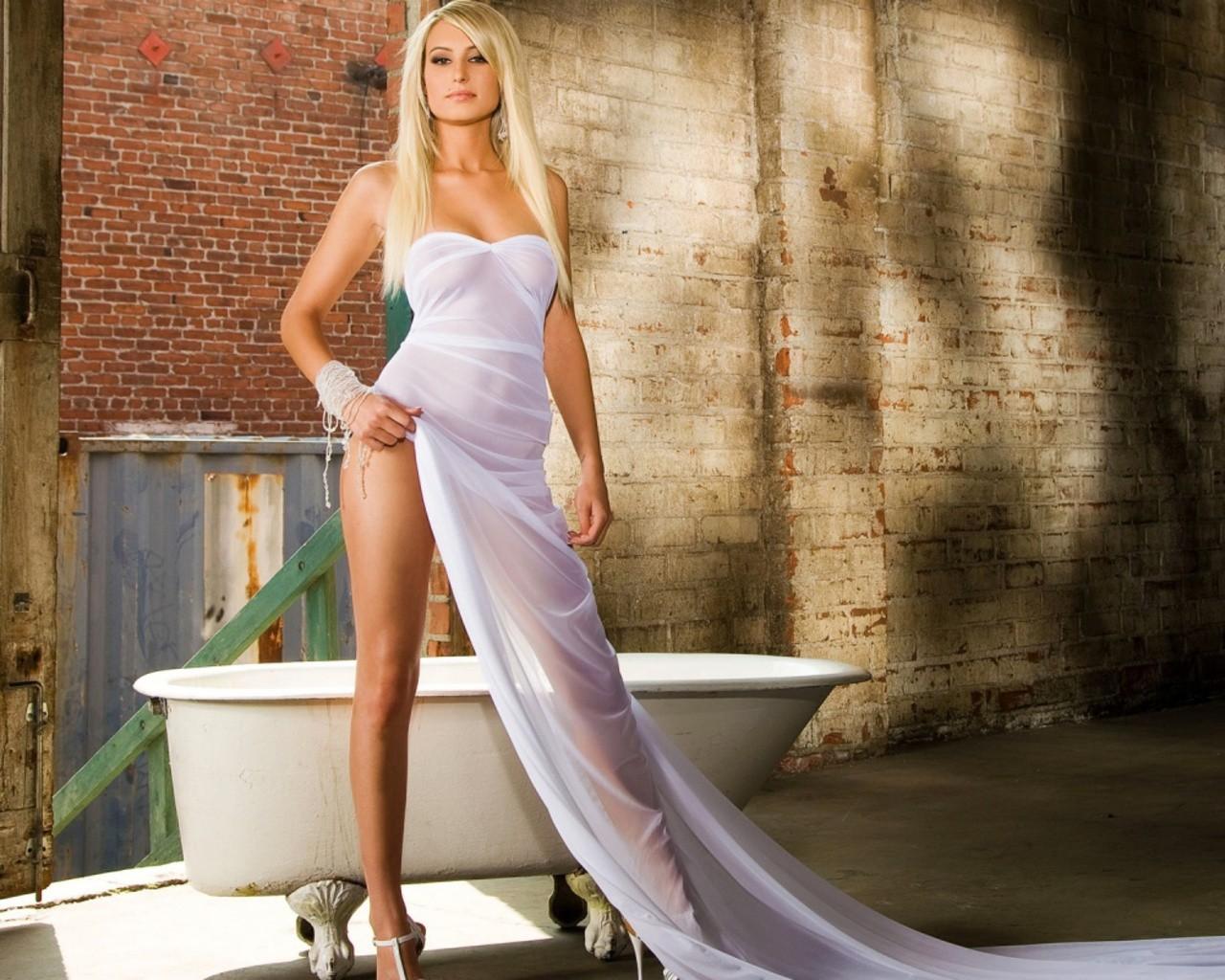 девушка в ванной фото блондинка почему