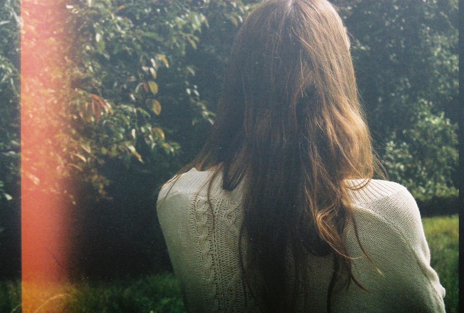 Девушки с тёмными волосами средней длины фото со спины