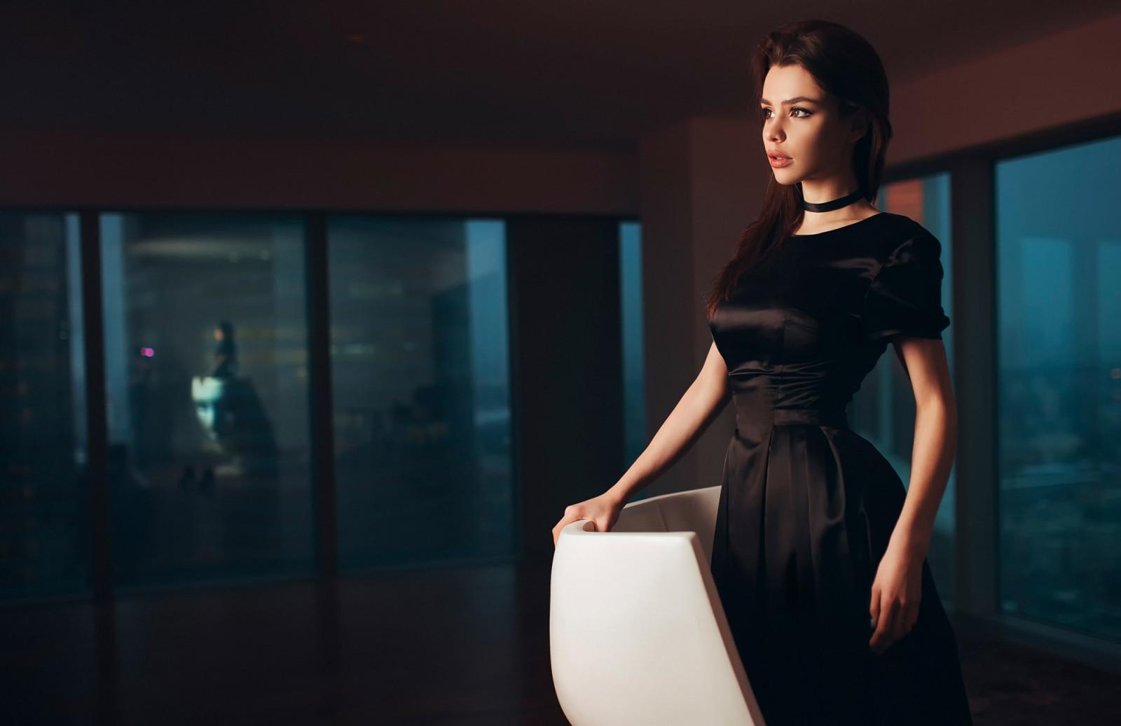 Фото девушек брюнеток в черных платьях — img 7