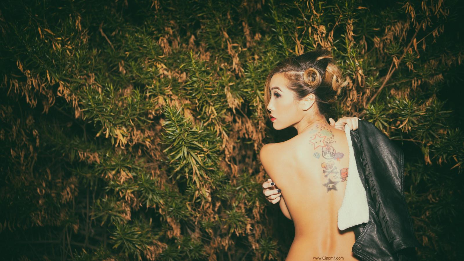Topless naken flicka