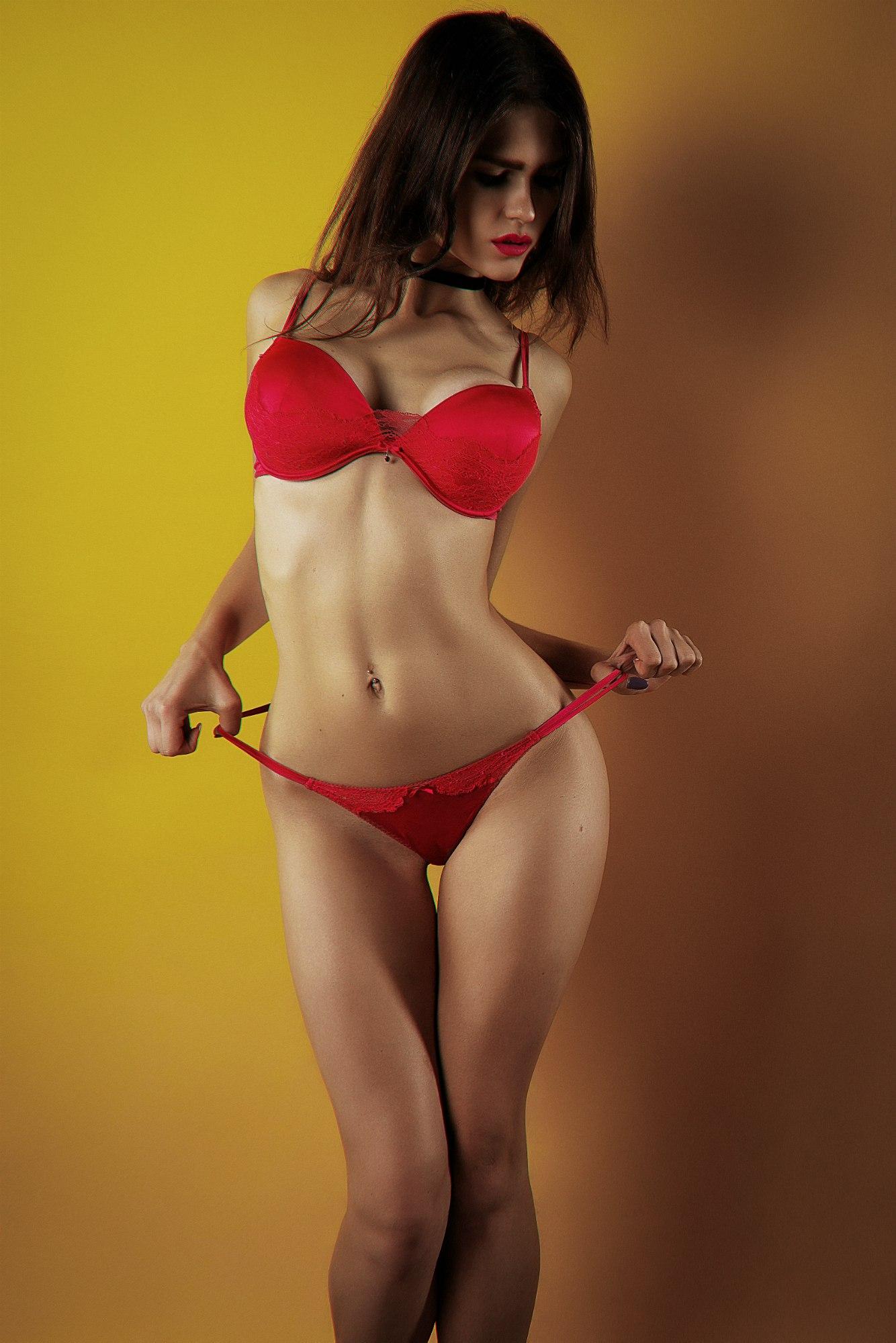 Эротические девушка в красных трусиках и в красном лифчике, анкеты девушек любящих кунилингус