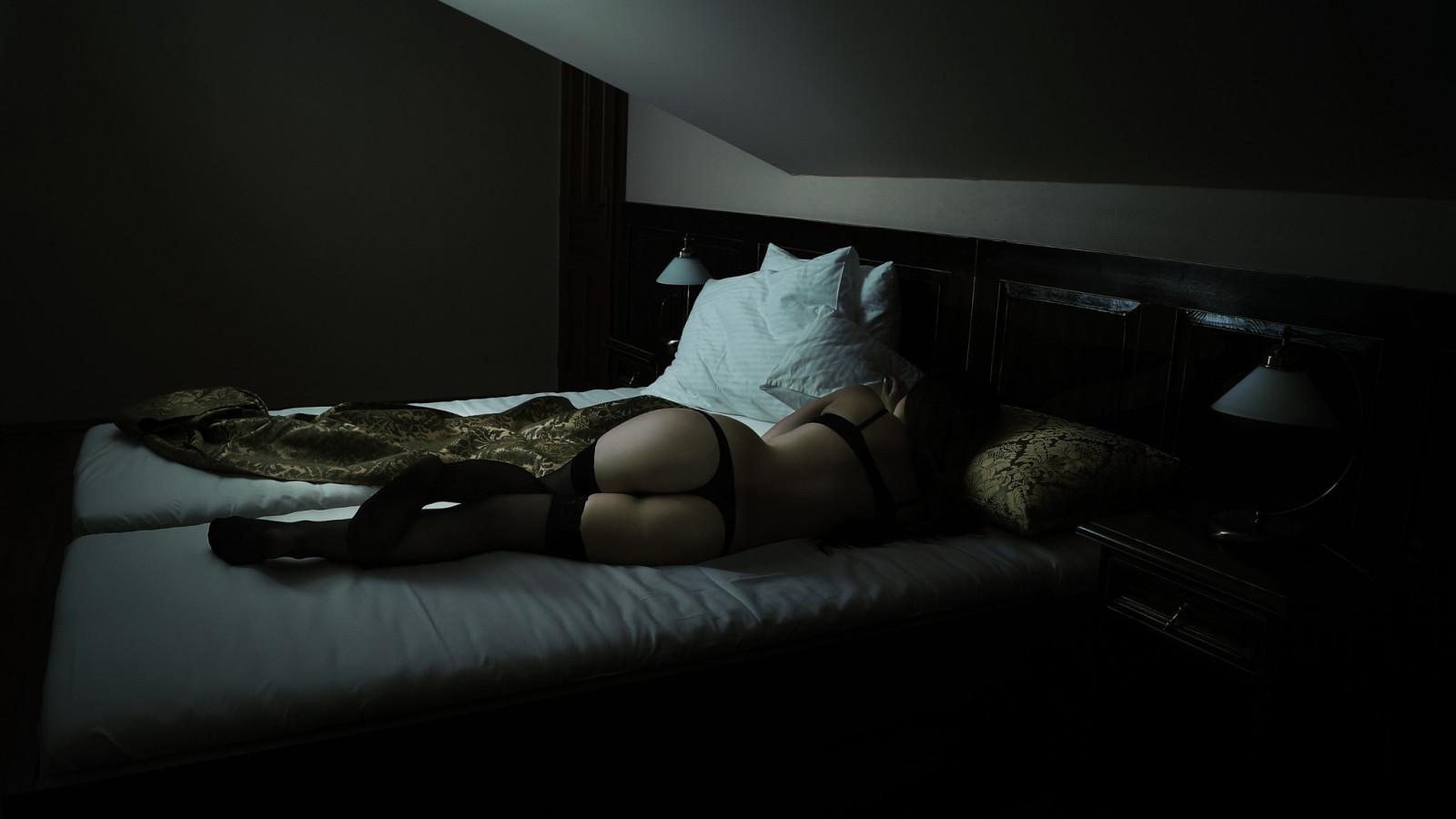 Ебут жопу фото ночью девушки в кровати старушек так жгут