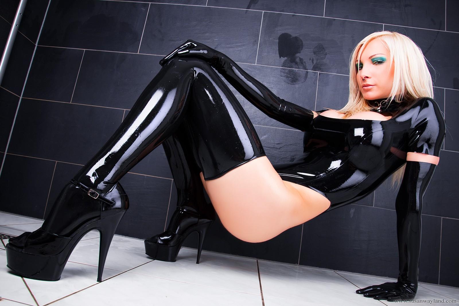 Смотреть онлайн блондинки в латексном белье, свежее групповое порно онлайн