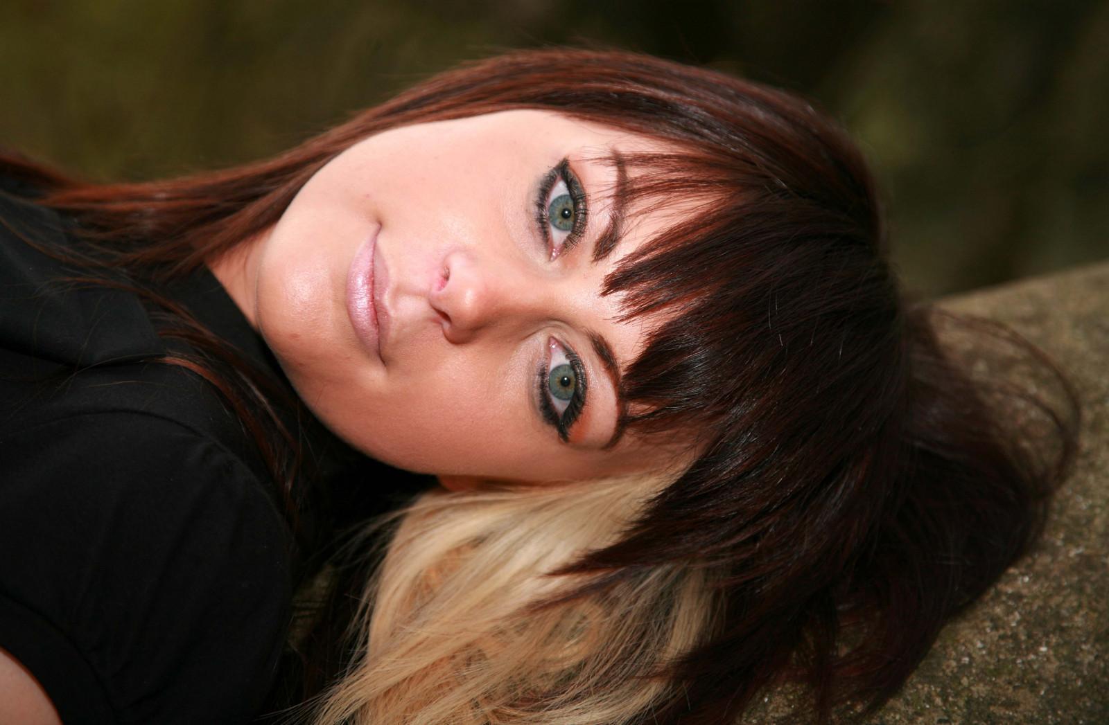 Фото красива брюнетка 19 лет, Очень красивая голая брюнетка на диване (19.) 16 фотография