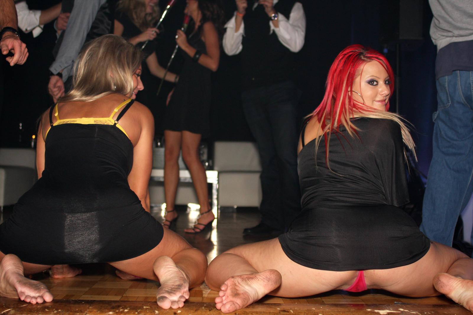 танцует в платье без трусиков - 1