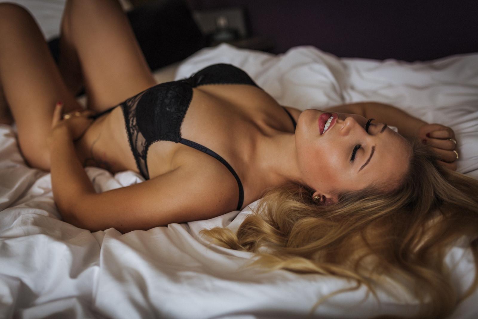Девушки в красивом нижнем белье в кровати блондинки 13