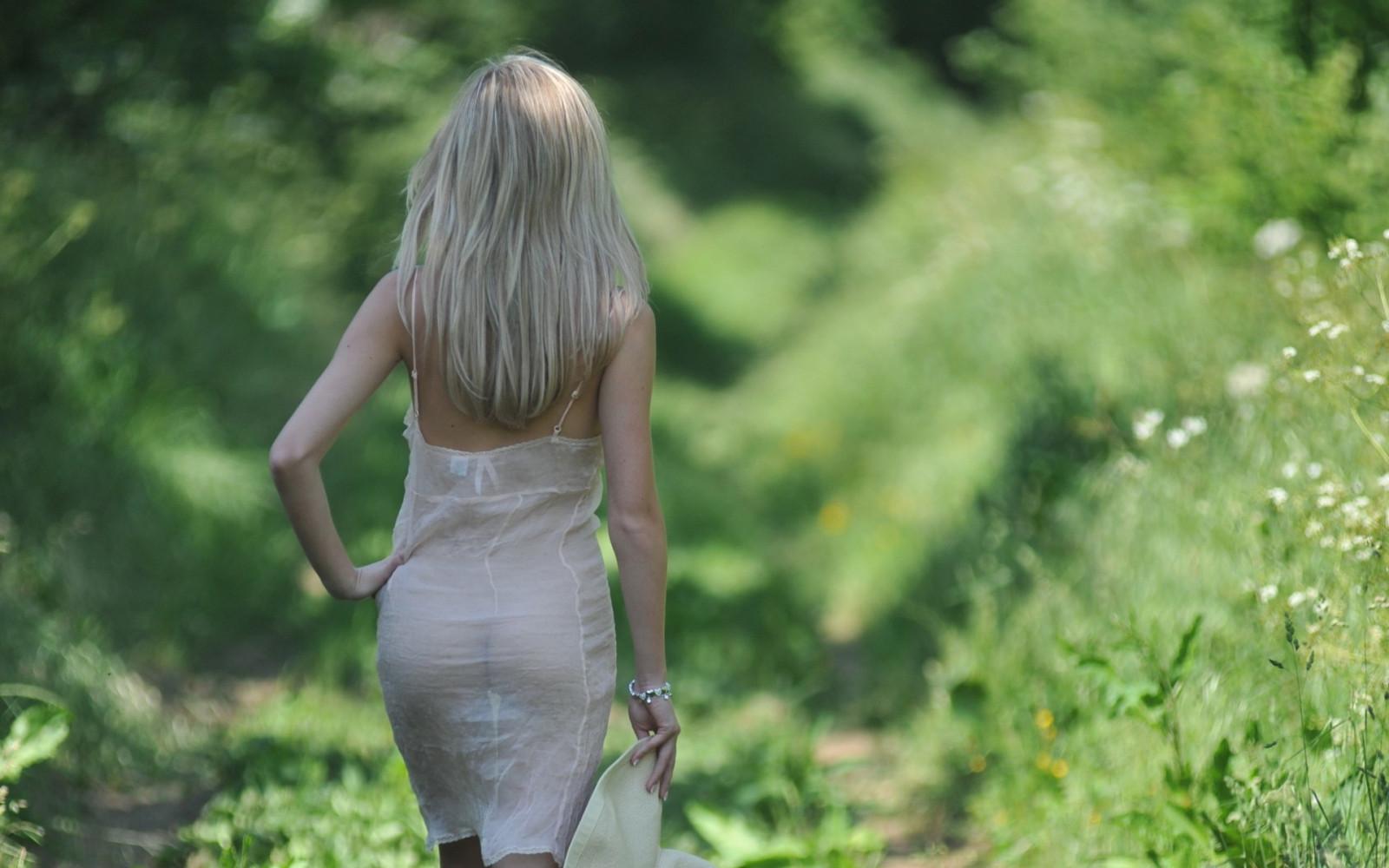 Красивая блондинка в прозрачном платье, порно кайла стоун
