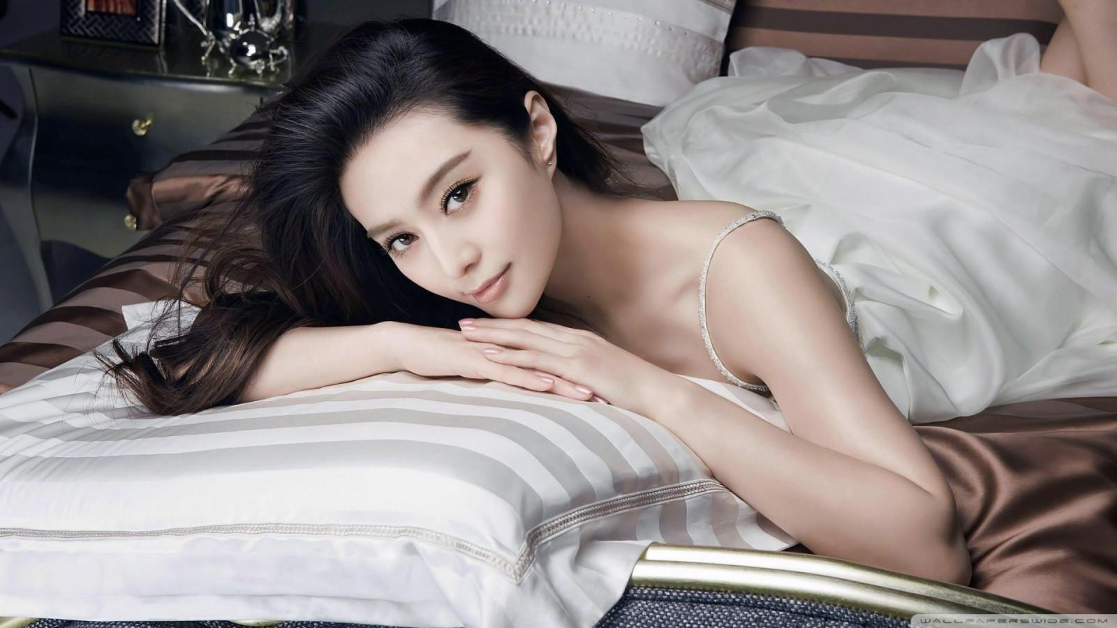 Красивая азиатка на кровати со своим парнем видео, секс жена ублажает мужа смотреть онлайн