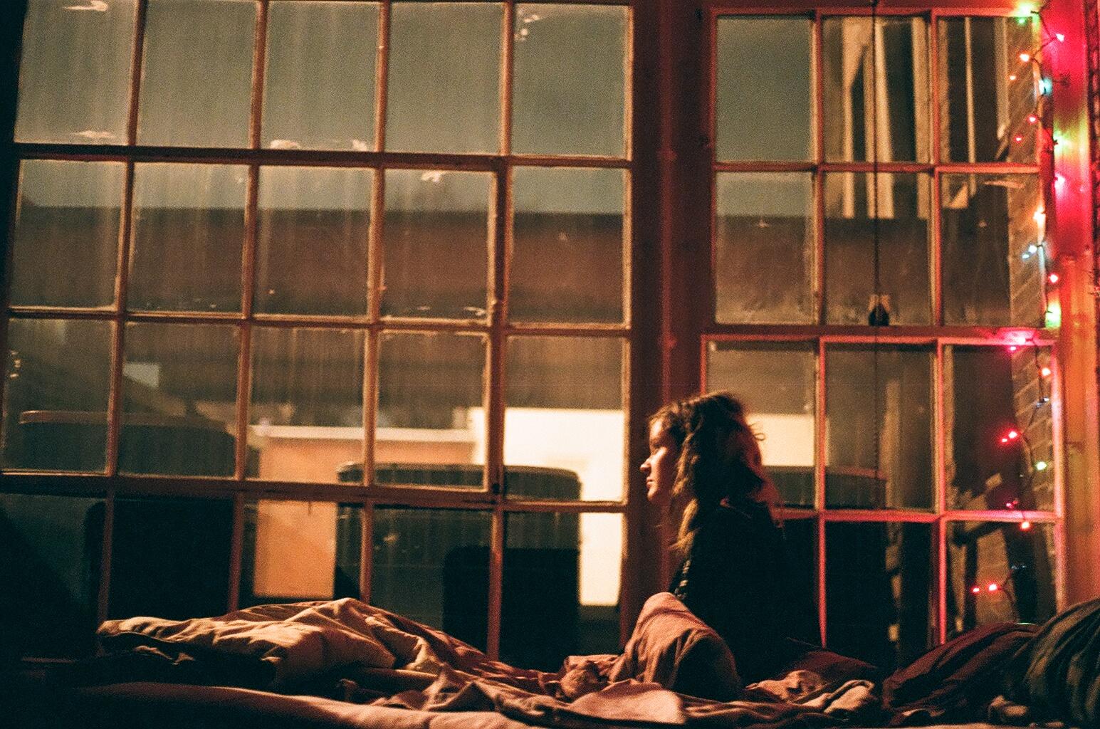 Fenster Bett Schlafzimmer 35MM Fujifilm Farbe Szene Mädchen Beleuchtung  Farbe Mich Film Dunkelheit Weihnachtsbeleuchtung Lichterketten