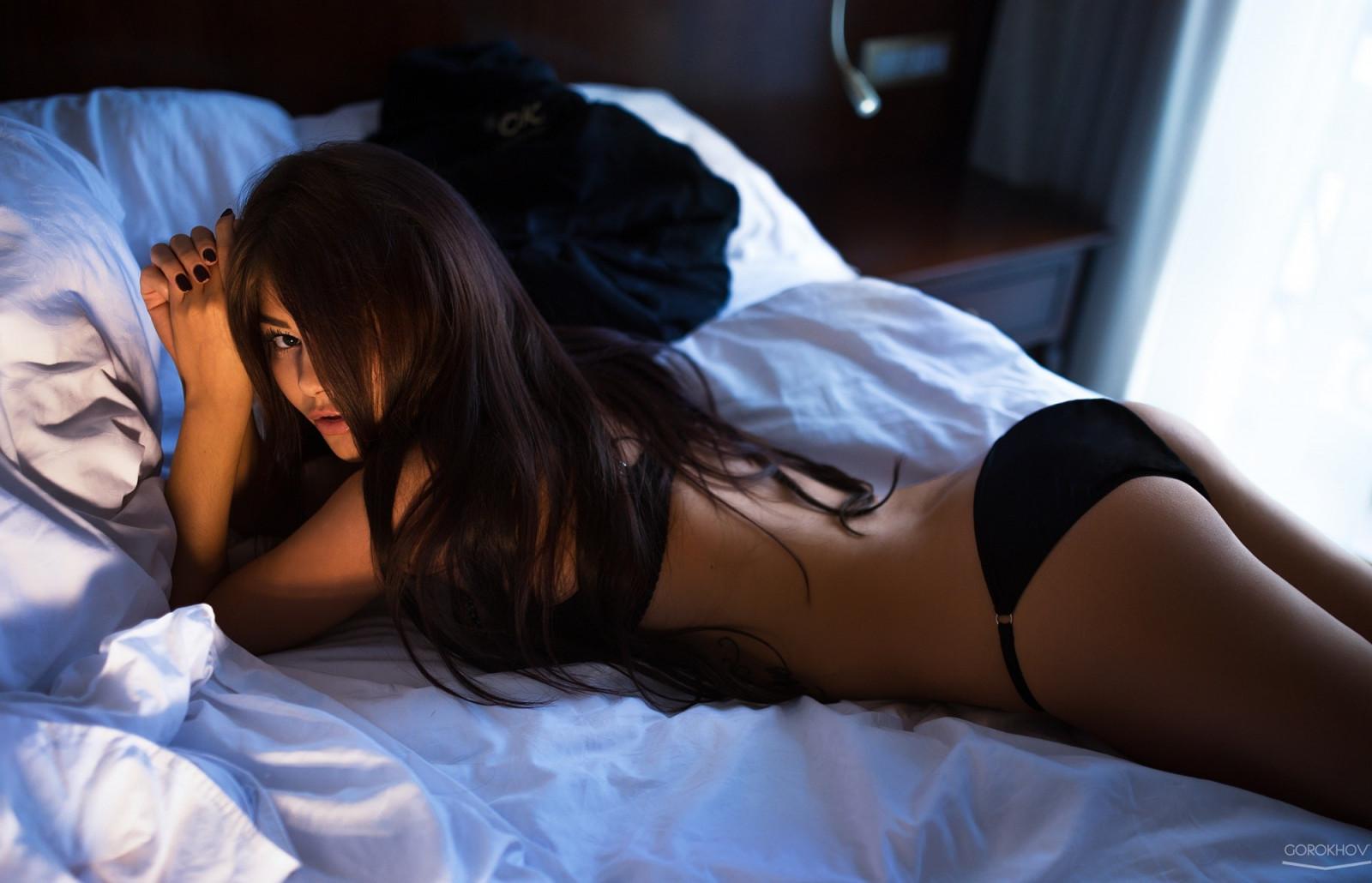 Секс девушки спинкой кровати мне