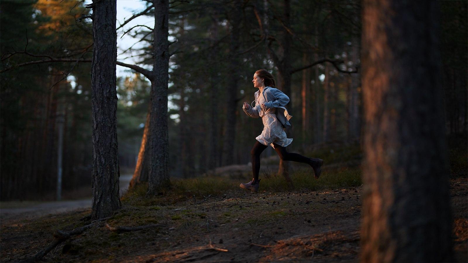видео девушка убегает от парня в лесу подъехали дому